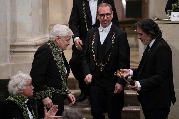 Jacques Perrin reçoit son épée des mains de son neveu Christophe Barratier, réalisateur des «Choristes».