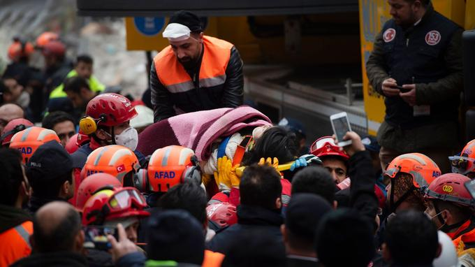 Une victime est évacuée des gravats de l'immeuble qui s'est effondré, mercredi.
