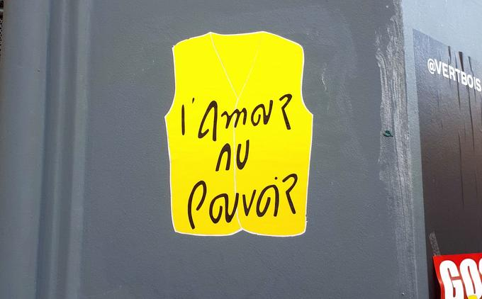 L'artiste HeartCraft a troqué ses personnages contre un gilet jaune, en y inscrivant son slogan habituel, «l'amour au pouvoir».
