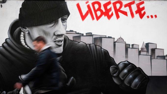 Une fresque réalisée dans le XVIIIe arrondissement de Paris par un des artistes du collectif Black Lines représente Christophe Dettinger, poings serrés.