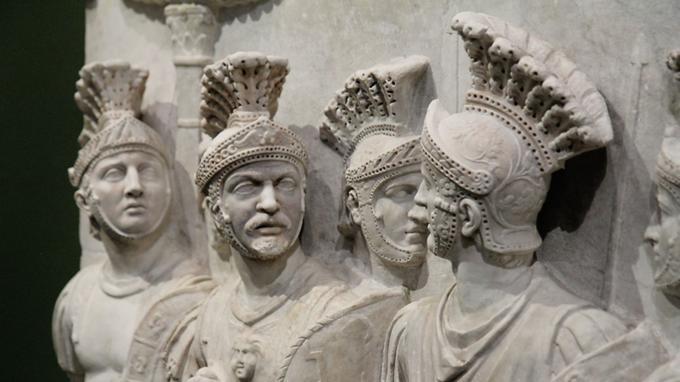 <i>Le Relief</i> dit <i>des Prétoriens</i>, vers 51-52 (Paris, musée du Louvre), venant de l'arc de Claude. L'appartenance des soldats à la garde du prétoire est contestée.
