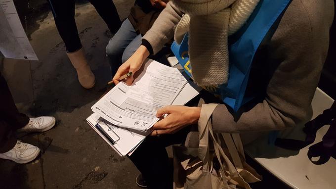 La cheffe d'équipe remplit le questionnaire pour une personne seule.