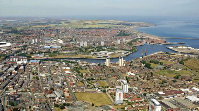 C'est à Sunderland que Nissan a installé la plus grosse usine automobile du pays. En bas, l'entrée du site et une chaîne de montage.