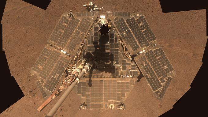 Selfie d'Opportunity vu depuis le haut de son bras articulé montrant ses panneaux solaires bien dépoussiérés par un coup de vent en 2014.