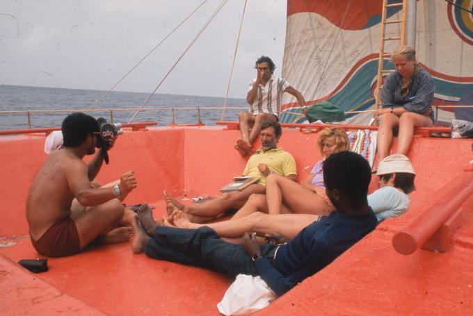 L'anthropologue Santiago Genovés (au centre), distribuait chaque jour un questionnaire demandant à ses cobayes le degré d'agressivité et d'attirance sexuelle.