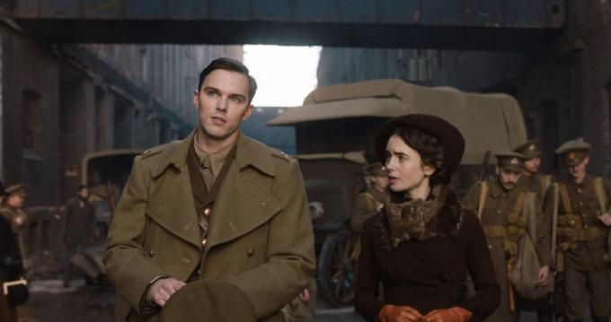 J.R.R. Tolkien (Nicholas Hoult) part pour la bataille pendant la Première Guerre mondiale.