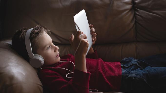 Selon l'étude de Santé publique France de 2017, les enfants de 6 à 17ans passent en moyenne plus de 4heures par jour devant un écran.