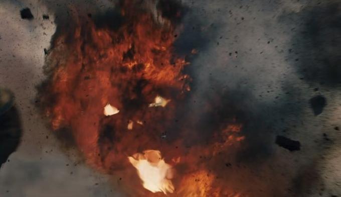 Dans une explosion sur le champ de bataille, les fans attentifs pourront reconnaître la silhouette du Balrog.