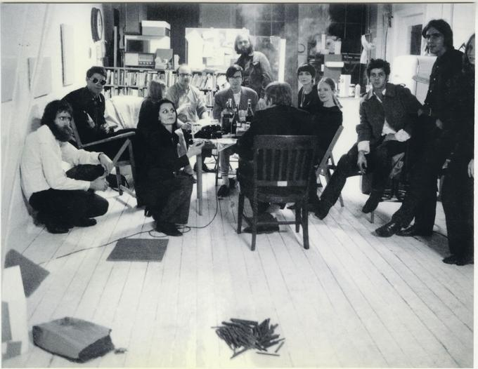 Photo de groupe au studio © The Estate of Rosemarie Castoro. Courtesy of Anke Kempkes Art Advisory / Galerie Thaddeus Ropac, London • Paris • Salzburg