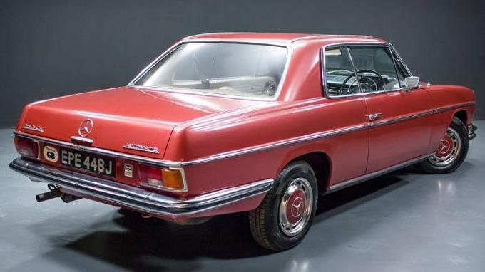 Le coupé est propulsé par un 6 cylindres en ligne de 2,5 litres alimenté par injection, développant 150 chevaux.