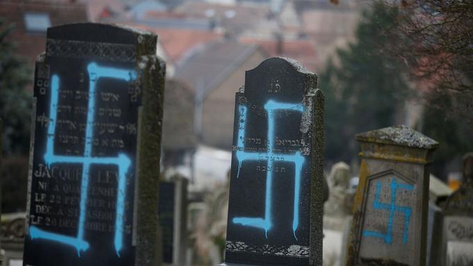 Des croix gammées en jaune, mais aussi en bleu.
