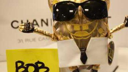 L'étonnante utilisation du style vestimentaire de Karl Lagerfeld pou habiller une statue du personnage de dessin animé Bob l'éponge.