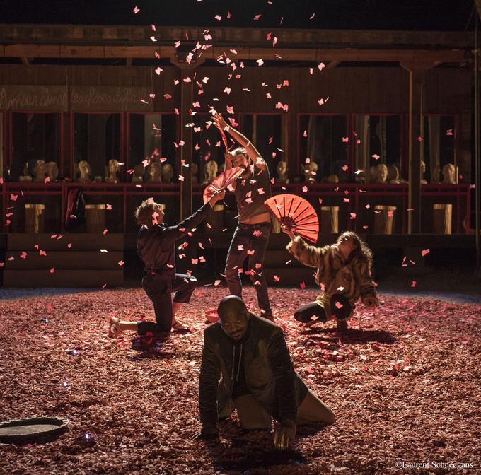 «Sur un grand losange rouge fait de copeaux de bois, les comédiens offrent un papillonnement continu, une danse vibrante et collective.»