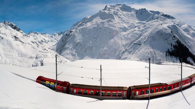 Le train escalade le col de l'Oberalp toute l'année. On peut le prendre pour rejoindre les pistes.