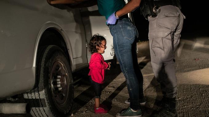 Elle a fait le tour du monde, été publiée en une de <i>Time Magazine</i> et de nombreux journaux: une petite fille venue du Honduras est arrêtée à la frontière mexicaine.