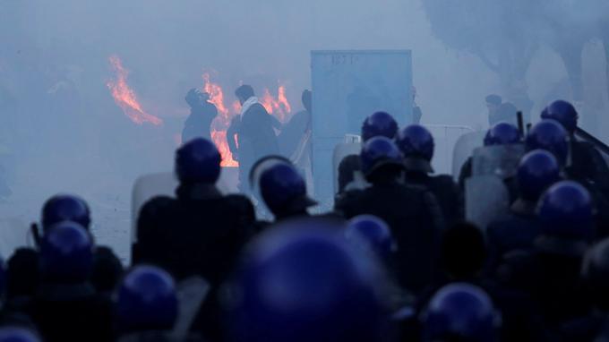 La police utilise des gaz lacrymogènes pour disperser la foule.