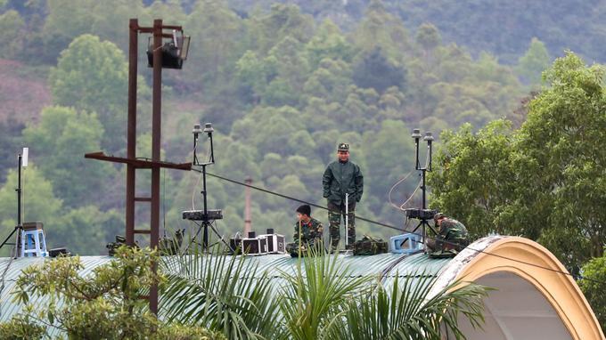 Des soldats vietnamiens sont aperçus sur un toit de la gare de Dong Dang.