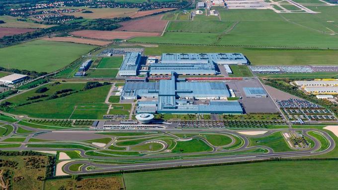 Le site Porsche Construit à Leipzig. Depuis son inauguration, en février 2 000, Porsche a investi plus de 1,3 milliard d'euros dans son développement. Il emploie aujourd'hui plus de 4 000 personnes.