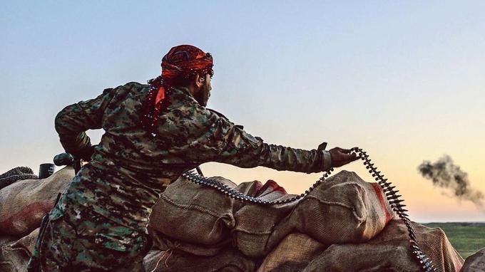 Un combattant des FDS sur une colline, près de Baghouz.