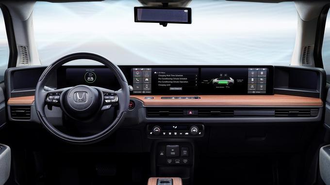 Chose inédite sur un véhicule de cette taille, le tableau de bord est constitué de deux grands écrans personnalisables qui gèrent l'ensemble des systèmes embarqués, tel l'«infodivertissement».