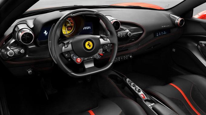 L'intérieur de la voiture bénéficie d'une mise à jour stylistique au niveau des composants du tableau de bord, des panneaux de portes et du tunnel.
