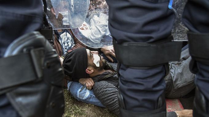 Un manifestant algérien allongé sur le sol.