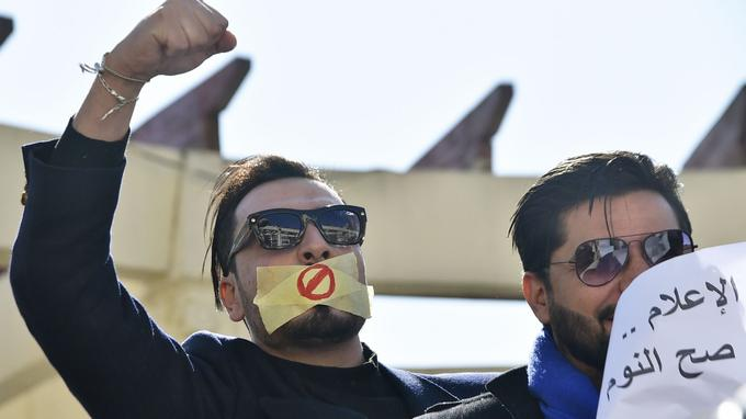 Un journaliste algérien lors de la manifestation du 28 février, du ruban adhésif sur la bouche pour représenter le manque de liberté d'expression.