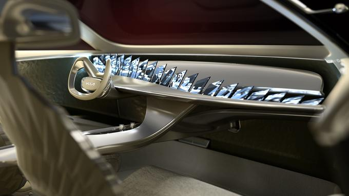 Volant échancré, ambiance épurée et débauche d'écrans, l'intérieur de l'Imagine est résolument originale.