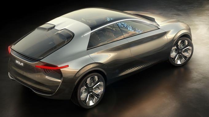 Le toit et le pare-brise du véhicule sont fabriqués à partir d'un seul panneau de verre.