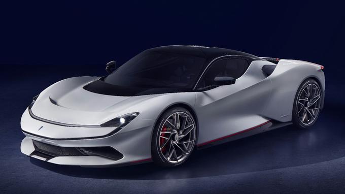 Pininfarina a fait longtemps route commune avec Ferrari: un badge orné du cheval cabré ne dénoterait pas sur la carrosserie de la Battista.