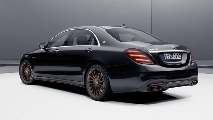 La S 65 AMG Final Edition n'est disponible qu'avec une teinte de carrosserie noire agrémentée d'éléments couleur bronze.