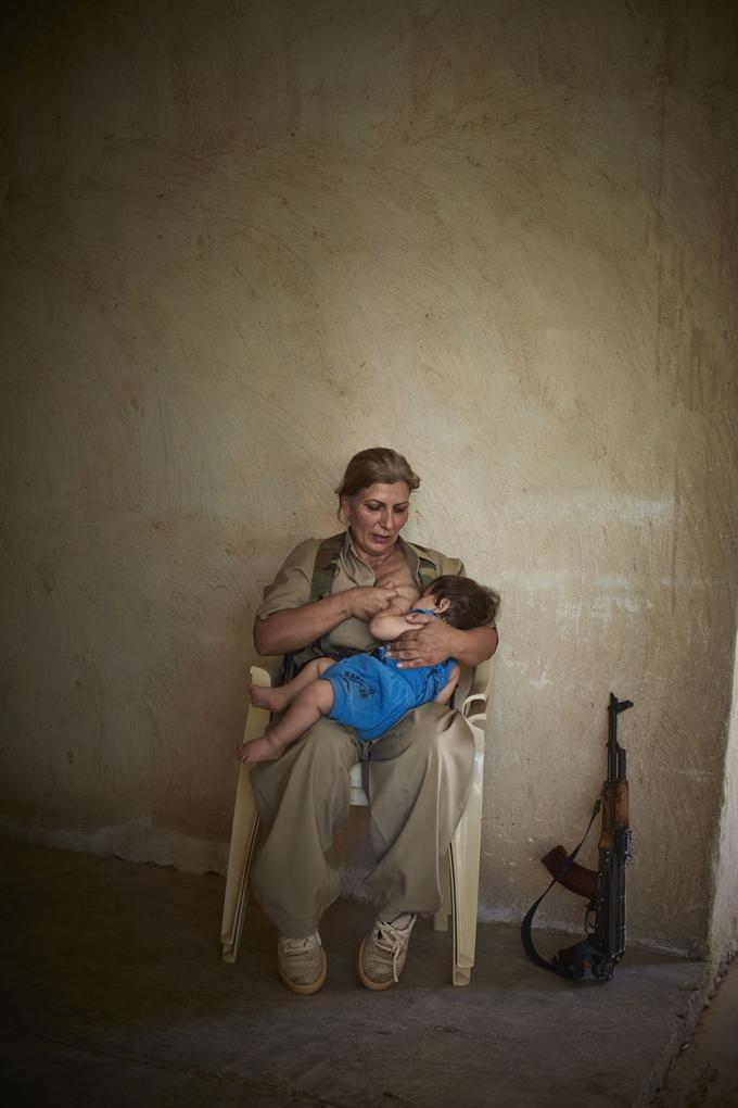 Souleimaniye, Irak, septembre 2014. Shaista la peshmerga allaite son enfant de 10 mois.