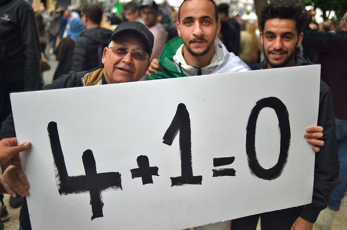 «4 mandats + 1 mandat = 0»: une pancarte hostile à une réélection de Bouteflika.