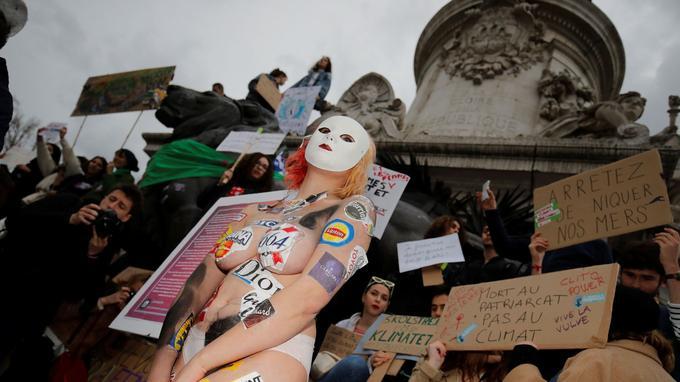 A Paris, des milliers de personnes ont manifesté place de la République.