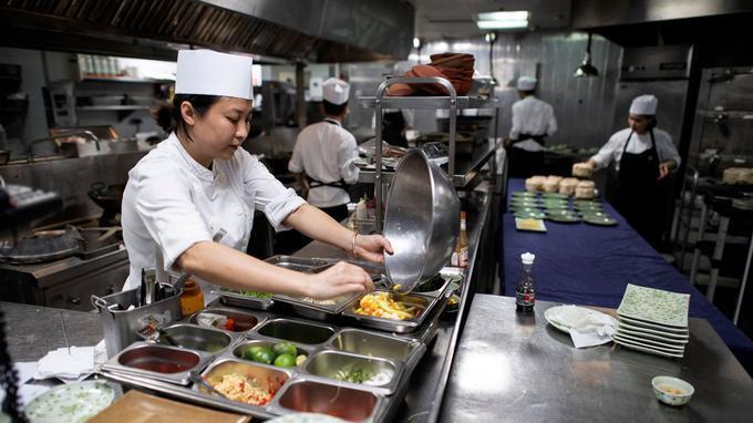 Les chefs s'échangent leurs recettes culinaires.