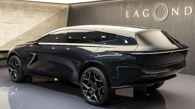 Très arrondi, l'arrière du concept Lagonda se signale par un important porte-à-faux.