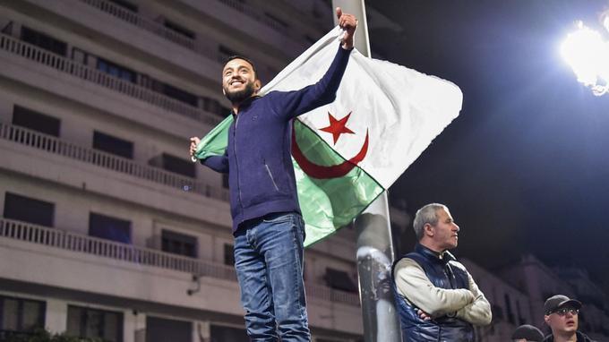 Le président algérien a annoncé lundi son retrait de la course présidentielle et un report du scrutin.