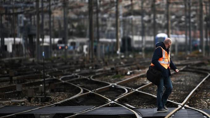 Les personnels des régimes spéciaux bénéficient d'une retraite anticipée: à la SNCF, 135.000 salariés au statut peuvent partir à 57ans, et même à 52ans pour les conducteurs.