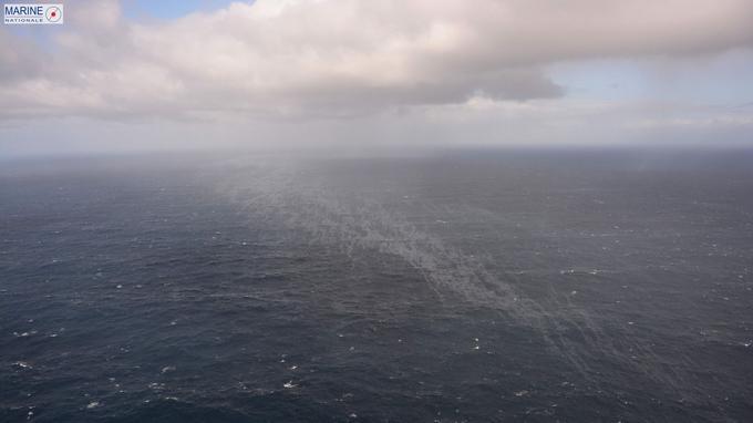 Prise par la Marine Nationale cette photo montre une des deux nappes de pétrole déversé dans l'océan.