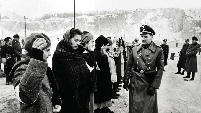 Ralph Fiennes a pris dix kilos pour ressembler le plus possible à son personnage. Aussi impitoyable que sadique, l'officier SS Amon Göth était surnommé le «boucher d'Hitler» et a commandé le camp de concentration de Plaszow, près de Cracovie.