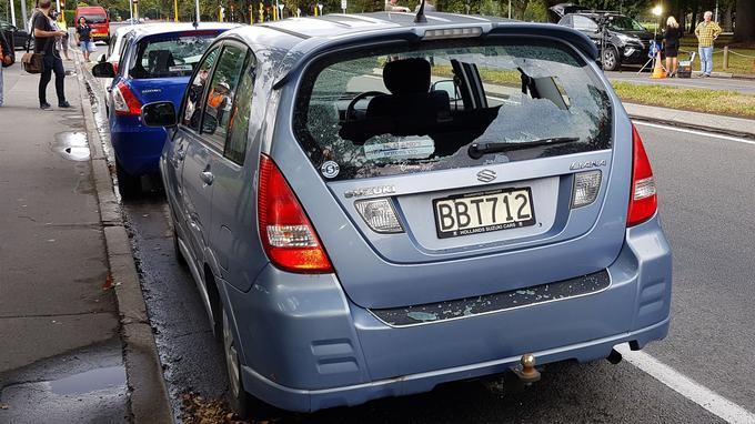 Cette voiture a été touchée par une balle, non-loin de l'une des deux mosquées.
