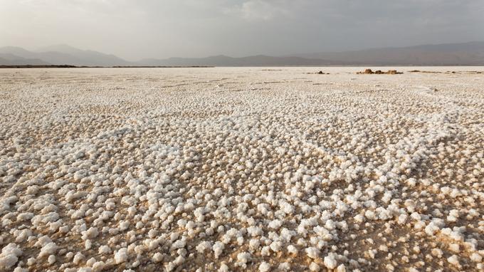 le lac Assal, à 155 m au-dessous du niveau de la mer, est bordé d'une fascinante «banquise» de sel .