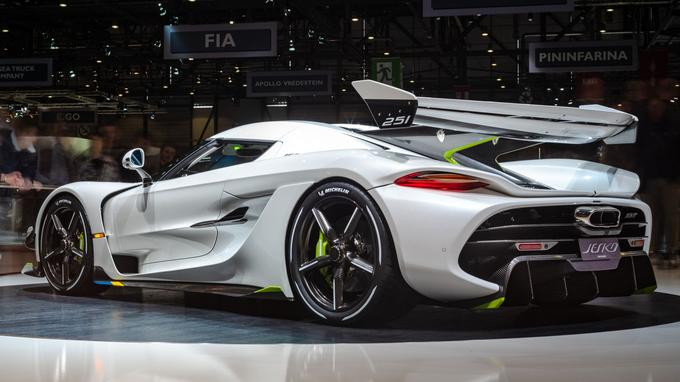 L'arrière, avec sa grosse sortie d'échappement centrale, rappelle une certaine McLaren P1.