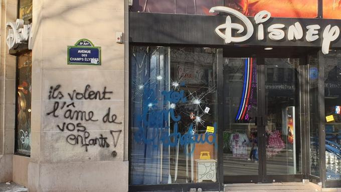 Samedi 16 mars, avenue des Champs-Elysées au coin avec la rue de La Boétie.