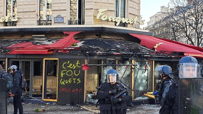 La brasserie Le Fouquet's a été saccagée puis incendiée.