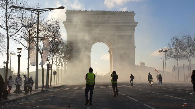 Samedi 16 mars, avenue des Champs-Elysées.