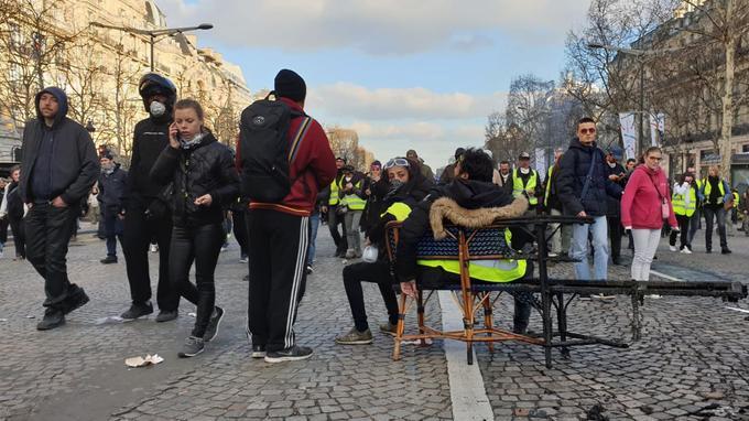 Samedi 16 mars, avenue des Champs-Elysées en fin d'après-midi, après la seconde vague de pillages.