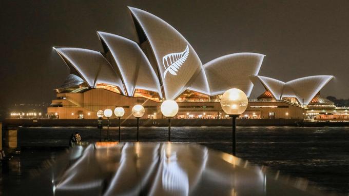 Une image de fougère argentée, symbole de la Nouvelle-Zélande, a été projetée sur l'opéra de Sydney.