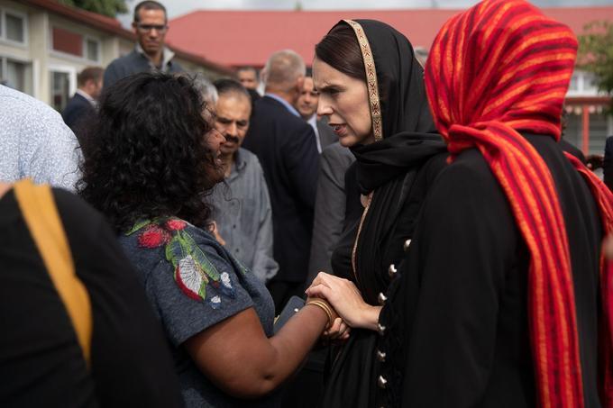 La première ministre, Jacinda Ardern, a fait deux apparitions publiques un voile noir sur ses cheveux pour témoigner sa solidarité à la communauté musulmane.