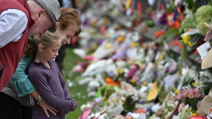 Les fleurs s'empilent dans un mémorial improvisé, en hommage aux victimes.